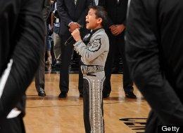 Sebastián De La Cruz en el momento en que canta el Himno Nacional de Estados Unidos en el juego Heat-Spurs