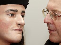 Michael Ibsen, a la derecha, descendiente del rey inglés Ricardo III. (Photo credit should read JUSTIN TALLIS/AFP/Getty Images)