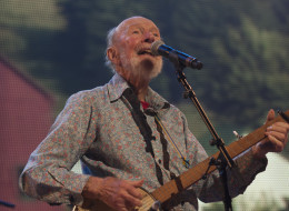 Pete Seeger performs during Farm Aid 2013 at Saratoga Performing Arts Center on Sept. 21, 2013 in Saratoga Springs, N.Y. (File photo by Paul Natkin/WireImage)