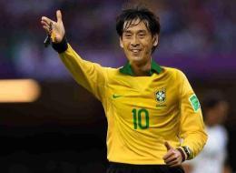 L'arbitre japonais, première star du Mondial / Yuichi Nishimura avec le maillot brésilien