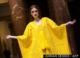 Le modèle Bianca Gavrilas porte le vêtement confectionné à partir de soie d'araignées orb, le 23 janvier 2012.
