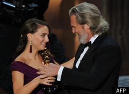 L'actrice Natalie Portman accepte sa statuette pour son rôle dans