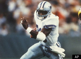 Tony Dorsett, of the Dallas Cowboys, runs around the end during first half action against the L.A. Rams at Anaheim Stadium, Monday, August 15, 1985, Anaheim, Calif. (AP Photo/Nick Ut)