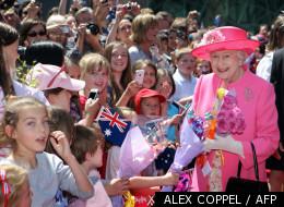 La Reine Elisabeth II acclamée par des enfants