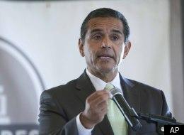 Los Angeles Mayor Antonio Villaraigosa, a Democrat, plans to dig into Mitt Romney in a speech on immigration reform Wednesday.
