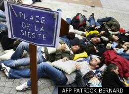 Une vingtaine de personnes font une sieste, le 28 mars 2007 sur la place de la Victoire à Bordeaux, à l'occasion d'une performance dans le cadre de la 7e Journée nationale du sommeil. On dort chaque jour en moyenne une heure et demie de moins qu'il y a 50 ans : à l'occasion de la 7e Journée nationale du sommeil, ce jour, les spécialistes insistent sur l'importance d'être à l'écoute de ses besoins pour dormir suffisamment.