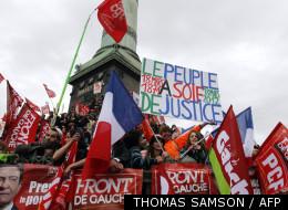 Des sympathisants de Jean-Luc Mélenchon, postés dimanche à la Bastille