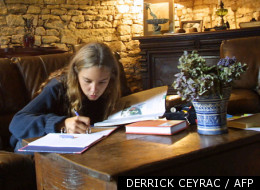 Laura, une adolescente de 14 ans en classe de troisième, fait ses devoirs après ses cours.