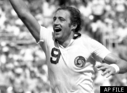 New York Cosmos' forward Giorgio Chinaglia gives the victorious number one sign during the Soccer Bowl in a Sept., 22, 1980 photo in Washington.
