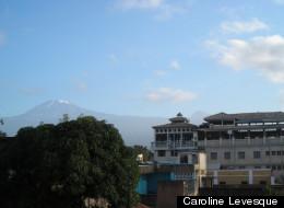Vue du mont Kilimandjaro sur le toît de notre hôtel à Moshi. (Catherine Lefebvre)