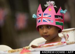 Une petite fille fête le jubilé de diamant le 1er juin 2012.
