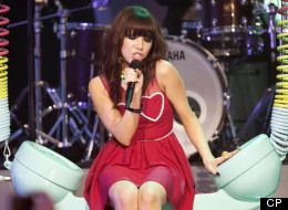 Accessorize with an oversize telephone and Dannijo necklace and you too can have Carly Rae Jepsen's MMVA look.