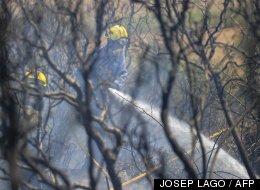 Un bombero durante los trabajos de extinción del fuego en La Jonquera