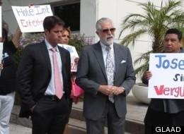 Miembros de GLAAD y NHMC afuera de las oficinas de Liberman Brodcasting piden el fin del show 'José Luis sin cesura'.