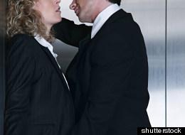 Parejas temen que sus cónyuges les sean infieles durante viajes de negocios.