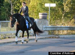 La candidate à cheval dans son comté.
