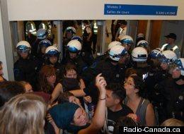 Des étudiants et enseignants pris en souricière dans les escaliers du pavillon Jean-Brillant après l'intervention policière en après-midi  (UdeM / Radio-Canada.ca)