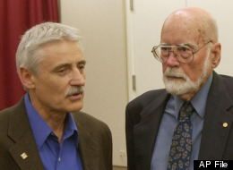 Leland Hartwell, left, a winner of the 2001 Nobel Prize for Medicine, talks with Donnall Thomas, a 1990 Nobel Prize winner for Medicine, at a news conference at the Fred Hutchinson Cancer Research Center in Seattle on Monday, Oct. 10, 2001. (AP Photo/Cheryl Hatch)
