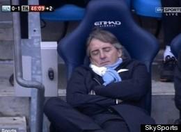 Roberto Mancini dormido en la banca