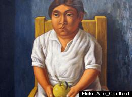 'Niña sentada con manzana' es obra de Raúl Anguiano.