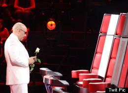 Lupillo Rivera dejándole una flor blanca a Jenni en su silla