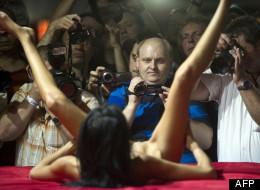 Un homme filmant une actrice porno au salon Venus de Berlin.